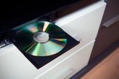КОМПАКТНЫЙ ДИСК или DVD-плеер с введенным диском Стоковые Фотографии RF
