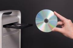 КОМПАКТНЫЙ ДИСК DVD на сером компьютере Стоковые Фотографии RF
