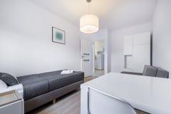Компакт, белый дизайн интерьера спать комнаты стоковые фотографии rf