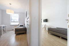 Компакт и современные спать комнаты стоковое изображение