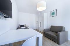 Компакт, современный дизайн интерьера спать комнаты стоковые изображения