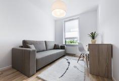 Компакт, современный дизайн интерьера спать комнаты стоковая фотография