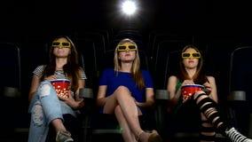 Компания девушки смотря кино на кино: ужас видеоматериал