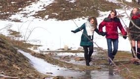 Компания идет рекой в зиме восхищать природу видеоматериал