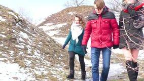 Компания идет рекой в зиме восхищать природу сток-видео