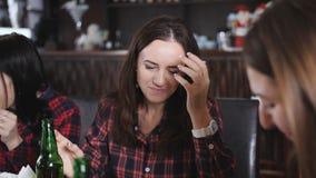 Компания красивых девушек в пиццерии clinking бутылки пива сток-видео