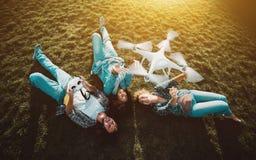 Компания 3 людей на траве и трутне летания Стоковое Фото