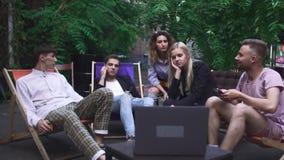 Компания молодые люди имеет остатки в кафе лета видеоматериал