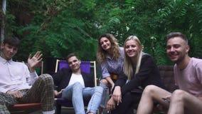 Компания молодые люди имеет остатки в кафе лета акции видеоматериалы