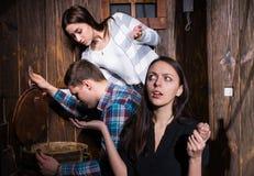 Компания молодые люди пробуя разрешить головоломку для того чтобы выйти o Стоковое Фото