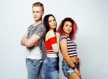 Компания парней битника, белокурого мальчика и студентов девушек имея fu стоковая фотография