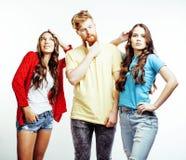 Компания парней битника, бородатого красного мальчика волос и студентов девушек имея друзей потехи совместно, разнообразного стил стоковые фото