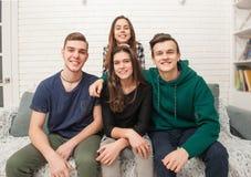 Компания подростков делает selfies стоковые фотографии rf