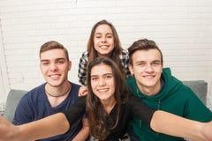 Компания подростков делает selfies стоковые изображения