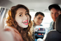 Компания 4 друзей делает selfie внутри автомобиля стоковые фото