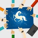 Компания техника единорога start-up вручает указывать белая лошадь вокруг светокопии с чертежом эскиза иллюстрация вектора