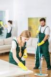 Компания чистки и просторная живущая комната Стоковая Фотография RF