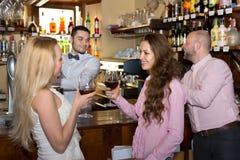 Компания людей на баре Стоковая Фотография