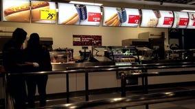Компановка людей для приказывая еды сток-видео