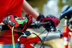 Компас велосипеда в руках Велосипедист ища путь Стоковая Фотография