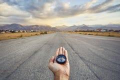Компас в руке путешественника outdoors Стоковое фото RF