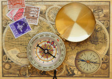 Компас год сбора винограда лежит на карте античного мира Стоковое Изображение