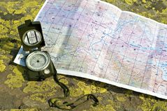 Компас и карта f стоковые фотографии rf