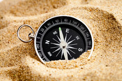 Компас концепции в песке ища смысл жизни Стоковое Изображение RF