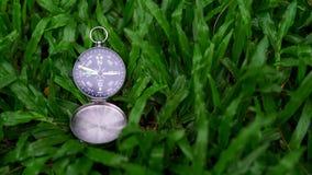 Компас навигации на зеленой траве Стоковое Изображение RF