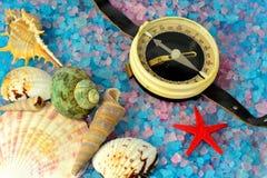 Компас раковин, звезды и туриста на соли моря Стоковое фото RF
