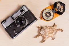 Компас, ретро photocamera и cockleshell на деревянном backgroun Стоковая Фотография