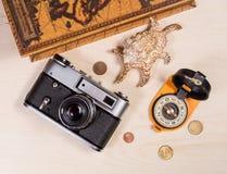 Компас, ретро photocamera, cockleshell и монетки на деревянном ба Стоковые Изображения RF