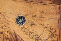 Компас старого стиля латунный на карте Стоковое Изображение