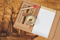 Компас с блокнотом на старом годе сбора винограда карты Стоковые Изображения