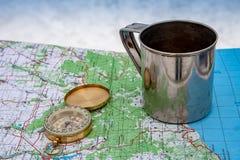 Компас, чашка и туристская карта Украины outdoors стоковое изображение