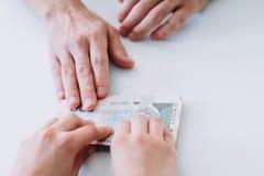 Компенсация работы зарплаты платежа наличными трудовая стоковые фото