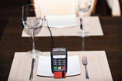 Компенсация с кредитной карточкой Стержень кредитной карточки на плите стоковое изображение rf