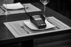 Компенсация с кредитной карточкой Стержень кредитной карточки на плите стоковая фотография