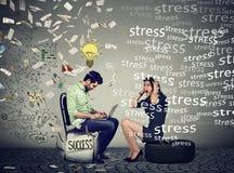 Компенсация уровня образования и работника Усиленная женщина сидя рядом с успешным человеком под дождем денег работая на компьюте Стоковые Изображения RF