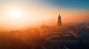 Комплекс Киева-Pechersk Lavra на зоре покрыл с дымом стоковое изображение