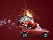 Комплекс предпусковых операций Санта Клауса на автомобиле стоковые фотографии rf