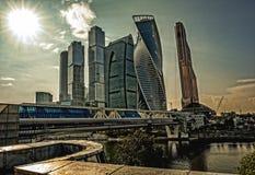 Комплекс современных небоскребов в центре города на речном береге стоковое фото