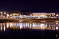 Комплекс спорт Olympus и свое отражение в воде залива реки Кубань Обваловка загорен уличными фонарями стоковое фото rf