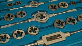 Комплектный штамп крана винта и продевать нитку винта Стоковое Фото
