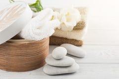 Комплект аксессуара ванной комнаты на деревянной предпосылке Стоковые Изображения