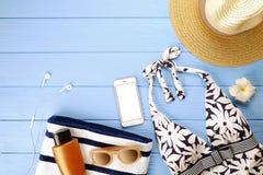 Комплект аксессуаров ` s женщины для того чтобы пристать купальник к берегу сезона, солнечные очки, телефон, солнцезащитный крем  Стоковые Изображения