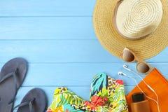 Комплект аксессуаров ` s женщины красочных для того чтобы пристать купальник сезона, солнечные очки и взгляд сверху к берегу шляп Стоковое Изображение RF