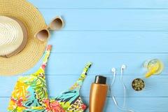 Комплект аксессуаров ` s женщины красочных для того чтобы пристать купальник к берегу сезона, солнечные очки и шляпа с frangipani Стоковое Изображение RF