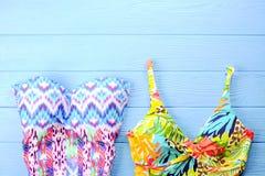 Комплект аксессуаров ` s женщины красочных для того чтобы пристать купальник к берегу сезона, солнечные очки, темповые сальто сал Стоковые Изображения