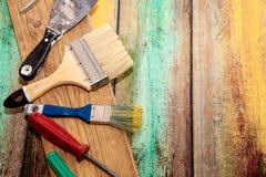 Комплект аппаратур для делать ремонт на деревянной предпосылке в деталях Стоковое Фото
